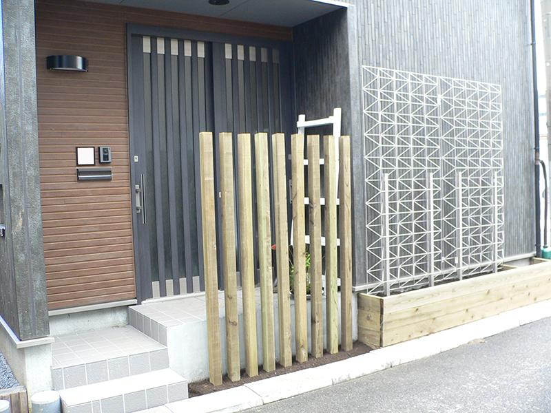 ウッドデッキ施工例 玄関前目隠しウッドフェンスと門柱