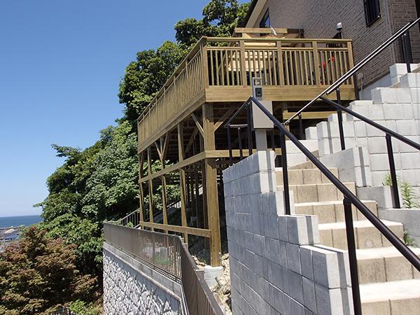 神奈川県横須賀の傾斜地・ハイデッキウッドデッキ施工例