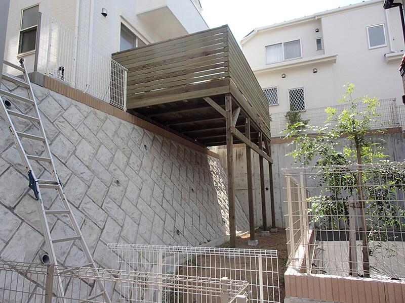 神奈川県横浜市都筑区の傾斜地・ハイデッキウッドデッキ施工例