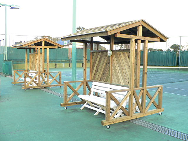 屋根付テニスコートウッドベンチ