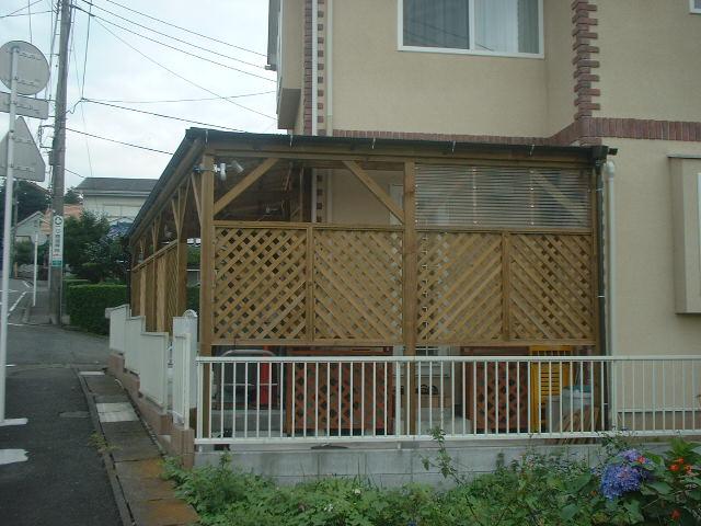 ポリカ屋根+目隠しウッドフェンス