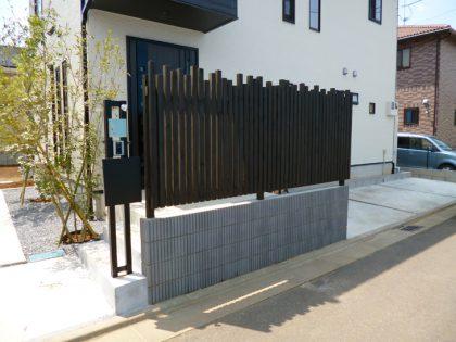 ウッドデッキ施工例 玄関前に目隠しフェンス