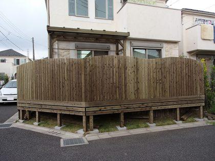 ウッドデッキ施工例  東京都町田市 波型デザインウッドフェンス