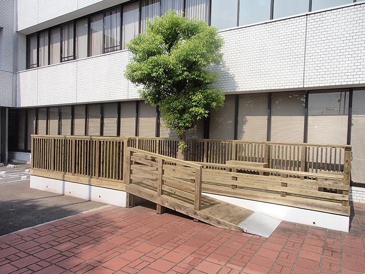 公共施設 横浜市図書館 ウッドデッキスロープ